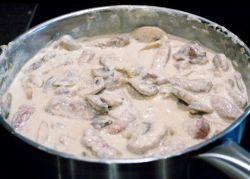 говядина в сливочном соусе с грибами