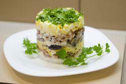 Салат с копченой куриной грудкой - простой рецепт