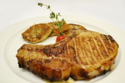 мясо на сковороде гриль