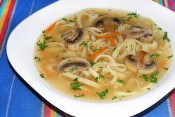 Грибной суп на курином бульоне с лапшой