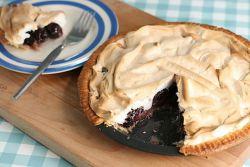 Песочный пирог с вишней и безе – рецепт