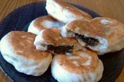 жареные сладкие пирожки со щавелем