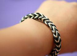 Как сплести <strong>плетение браслетов на пальцах резинками</strong> браслет из резинок на пальцах