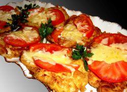 Курячі відбивні з помідорами і сиром