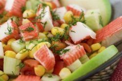 Салат з крабовими паличками і помідорами