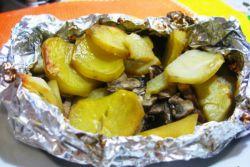 как запечь мясо в фольге в духовке с картошкой