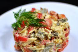салат с куриной грудкой грибами