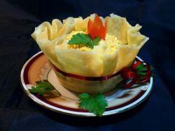 Добавление чеснока в салат.