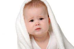 ребенок плачет после купания