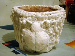 Обыкновенный , старый, глиняный горшок - пропененный снаружи монтажной