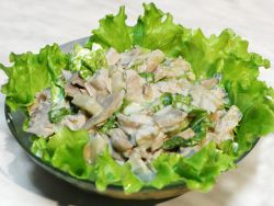 Салат з грибами і куркою