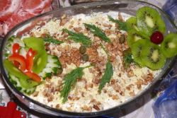 Салат с орехами и курицей