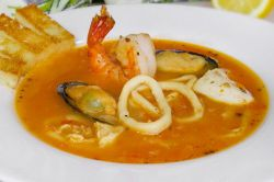 острый томатный рыбный суп
