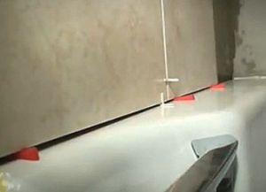 Как класть кафель на стену
