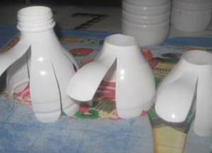 Поделки из пластиковых бутылок для дачи4