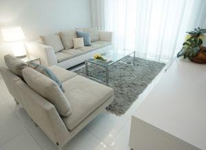 интерьер гостиной с белым полом3