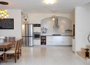 интерьер кухни со светлым полом 1