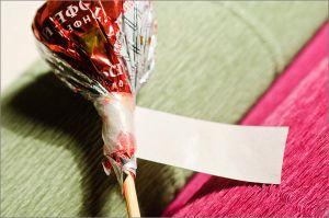 Розы с конфетой своими руками
