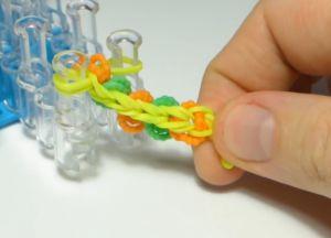 браслет из резинок круговые узелки (31)