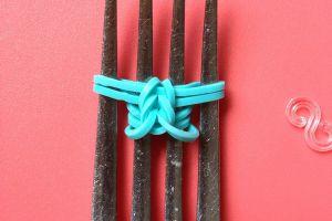 как сплести браслет из резиночек на вилке 4