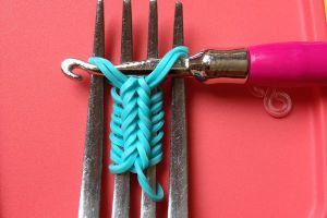 как сплести браслет из резиночек на вилке 5