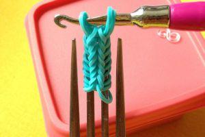 как сплести браслет из резиночек на вилке 6