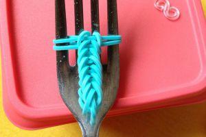 как сплести браслет из резиночек на вилке 7