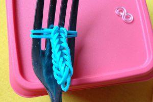 как сплести браслет из резиночек на вилке 8