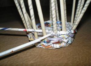 круглая корзина из газетных трубочек3