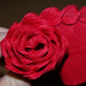 Розы из гофрированной бумаги11