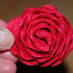 Розы из гофрированной бумаги14