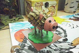 Розовая свинка из шишки. что можно сделать из шишек и веток.