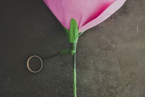 Большие цветы из гофрированной бумаги12
