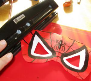 Как сделать маску человека-паука4