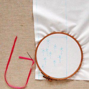 как украсить подушку лентами3