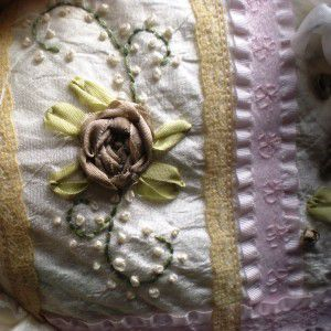 как украсить подушку лентами30