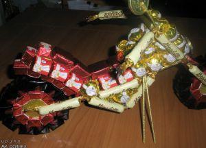 Мотоцикл из конфет - мастер-класс15