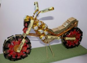 Мотоцикл из конфет - мастер-класс17