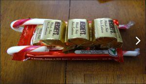 Санки из конфет своими руками5