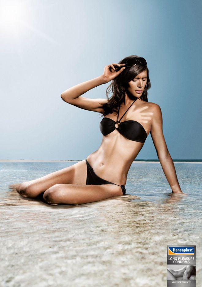 Девушка на пляже с неравномернsм загаром