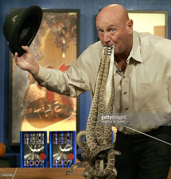 Самое большое число змей во рту человека.