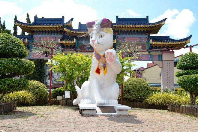 Статуя белой кошки
