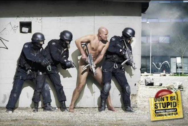 Группа захвата и голый мужчина