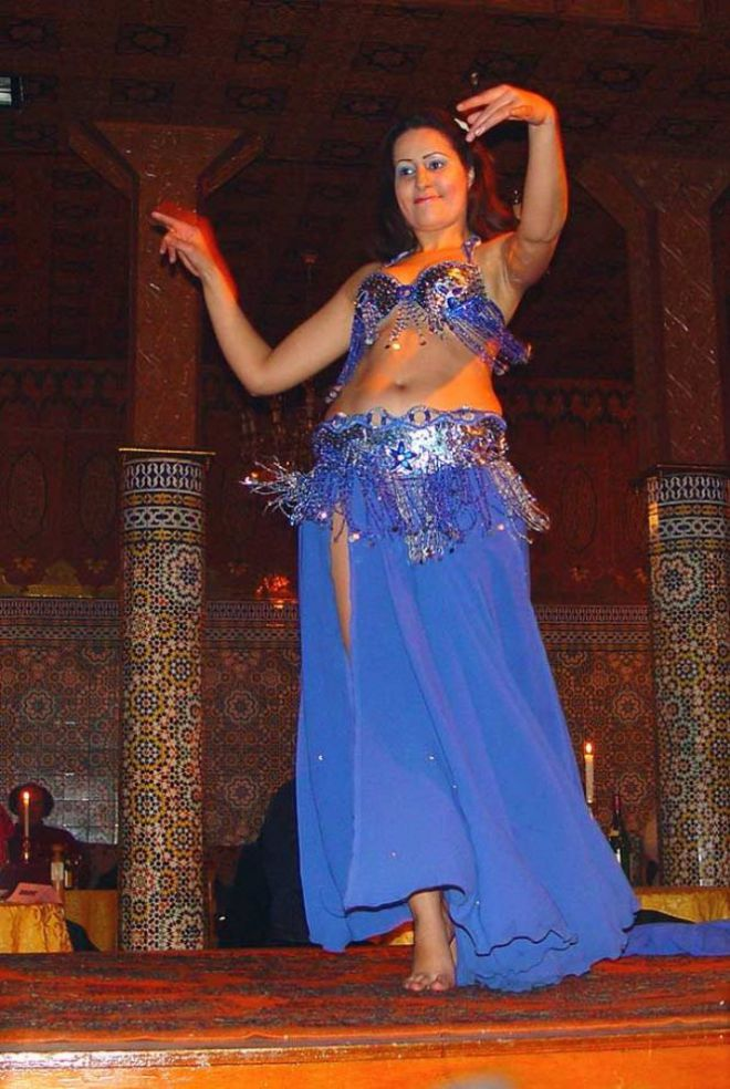 Девушка танцующая танец живота