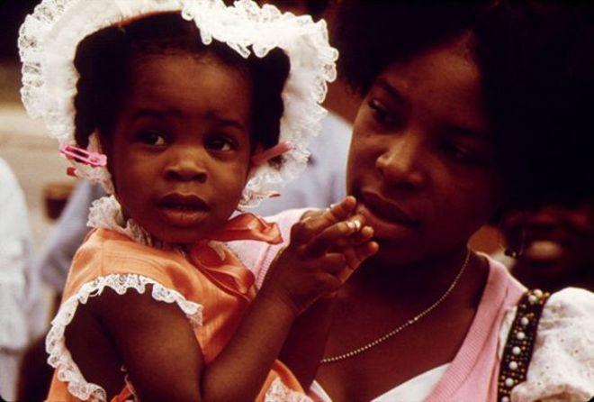 Чернокожие мама с дочкой