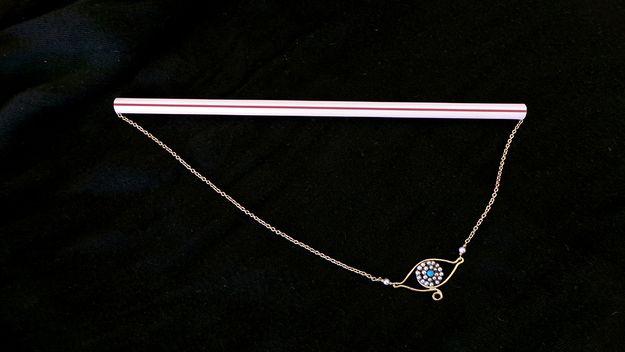 Чтобы ожерелья не запутывались, проденьте их через соломку
