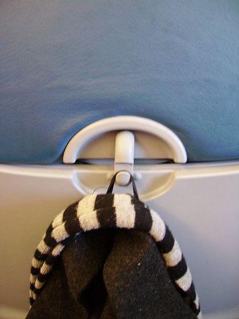 В большинстве самолетов есть небольшие крючки на сиденьях перед вами