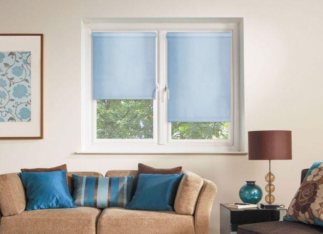 Голубые шторы в интерьере гостиной