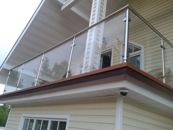 Стеклянные перила для лестниц, ограждения кованые, деревянны.