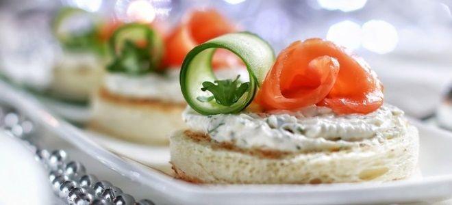 бутерброды с творожным сыром и красной рыбой